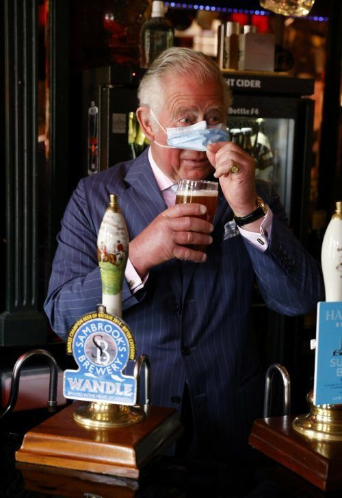 Prinz Charles hat sich im Pub ein Bier gezapft. AFP