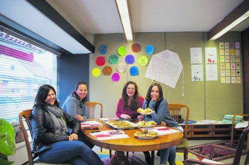 """Rebecca Sonnweber (2. von rechts) und Jessica Aberer (ganz rechts) schmiedeten bei der Jahreshauptversammlung ein vielfältiges Programm für den Verein """"Frauenzimmer""""."""