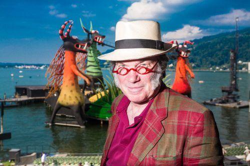"""Regisseur und einstiger Bregenzer Festspielintendant David Pountney vor der Kulisse seiner Inszenierung von Mozarts """"Zauberflöte"""" auf dem See. vn/steurer"""