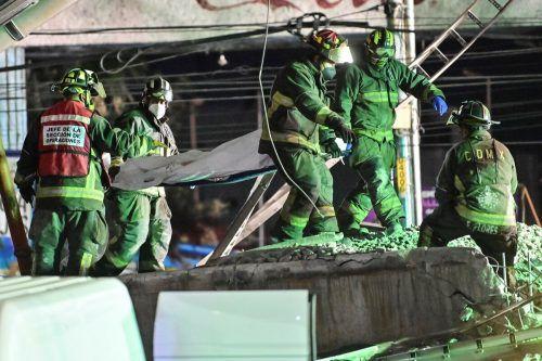 Rettungskräfte bergen die Verunglückten.