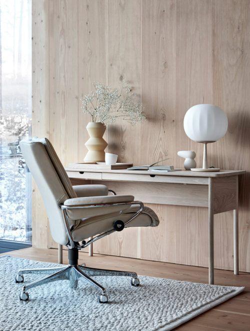 Rücken- und Nackenschmerzen sind bei ergonomischen Bürostühlen im Home-office kein Thema.epr/Ekornes Stressless