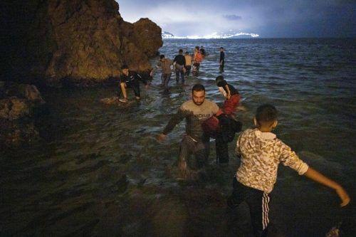 Rund 8000 Migranten erreichten am Dienstag von Marokko aus in die spanische Enklave Ceuta. Viele Menschen wurden wieder abgeschoben. AFP