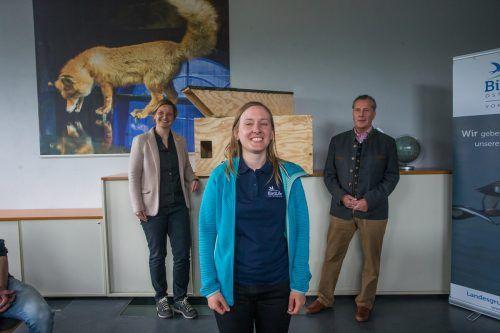 Ruth Swoboda (Inatura, l.), Johanna Kronberger (Birdlife) undBaron Eberhard von Gemmingen vor dem Nistkasten. VN/PS