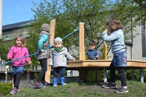 Schon die Kleinsten erkunden den neuen Spielplatz hinter dem Lustenauer Kindergarten Rheindorf.