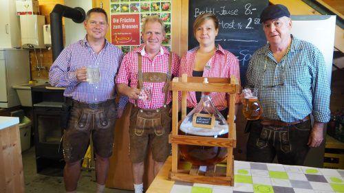 Schriftführer Michael Niegel, Obmann-Stellvertreter Josef Giesinger, Monika Eberle und Obmann Herbert Wehinger beim Mostheurigen.