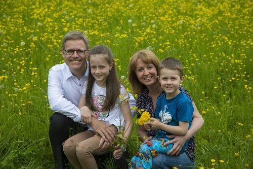 Simona und Stefan mit ihren Kindern Julia und David: Die Familie aus Feldkirch-Tosters schaut optimistisch in die Zukunft. VN/RP