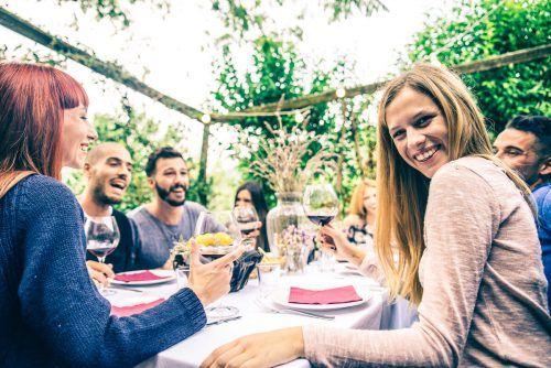 So soll es wieder sein. Gemeinsam mit Freunden feiern. Shutterstock