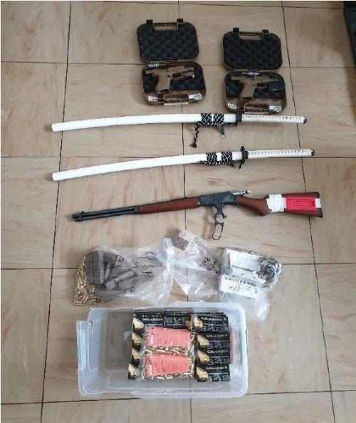 Sogar zwei Schwerter wurden sichergestellt. BMI