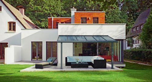 Solarmodule passen sich in Größe und Design dem Hausstil an und sind als Holz- oder – wie hier im Bild – als Alu-Konstruktion erhältlich.epr/Solarterrassen & Carportwerk GmbH