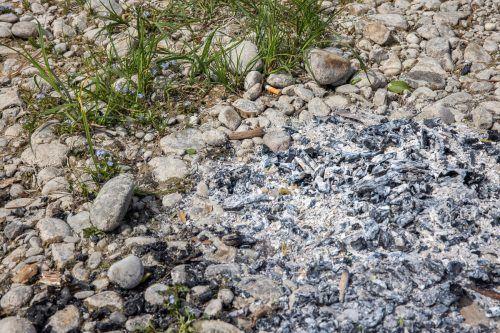 Solche Feuerstellen gehören im ökologisch wertvollen Uferbereich nicht hin.