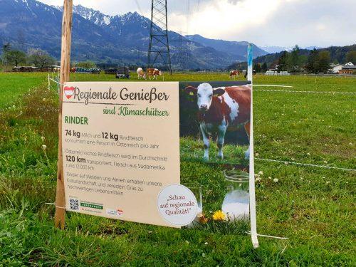 Solche Tafeln auf den Feldern sollen Konsumenten zum Nachdenken anregen.LJ Walgau