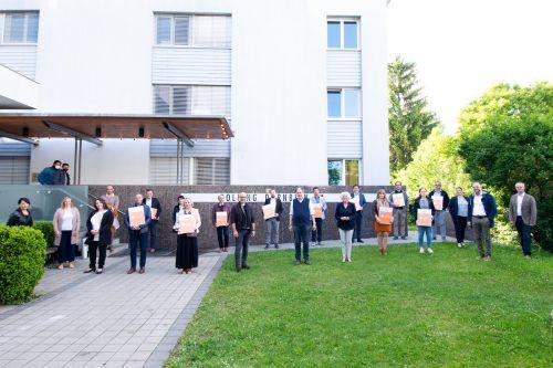 Soziallandesrätin Katharina Wiesflecker gratuliert zwölf Heimen zum Projektabschluss. VLK