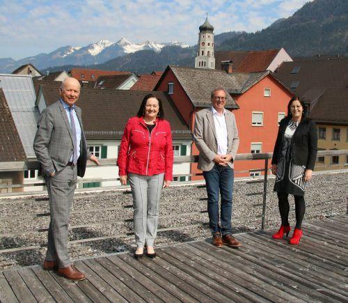 Stehen stellvertretend für die 32-jährige Partnerschaft: Sparkasse-Direktor Christian Ertl, VHS-Obfrau Olga Pircher, Arno Sprenger und VHS-GF Elisabeth Schwald.Sparkasse