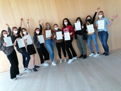 Stolz präsentieren die Schülerinnen ihr Patissière-Zertifikat.HLW Marienberg