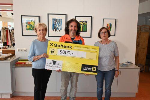 """""""Stunde des Herzens""""-Obmann Joe Fritsche (M.) freut sich über die 5000-Euro-Spende von den """"herbstzeitlosen"""". SDH"""