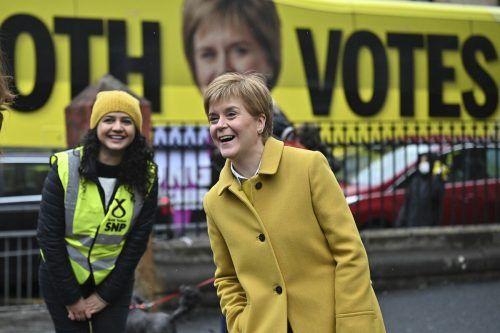 Sturgeon will ein neues Referendum abhalten. Sie hofft auf die Absolute ihrer SNP. AP