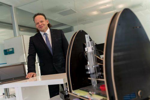 Textilinnovator Günter Grabher hat bereits im Vorjahr für erste Hilfe bei Corona-Schutzmasken gesorgt, nun produziert er bald das begehrte Filterflies. VN/Stiplovsek