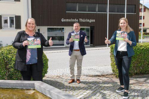 Thüringens Familienausschussobfrau Melanie Loretz, Bürgermeister Harald Witwer und die Projektbetreuerin der Gemeinde, Judith Peindl (v. l.).Gemeinde/HOfmeister