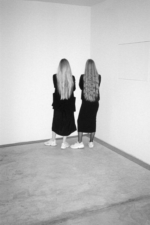 """""""TOGETHER APART"""" heißt die Frühjahrsausstellung im Flatz Museum Dornbirn – sie zeigt Werke der Fotografinnen Anna und Maria Ritsch. ritsch sisters"""
