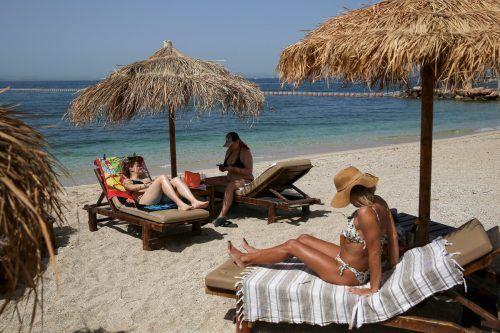 Trotz Lockerungen werden Griechen und Gäste sich auch künftig an Corona-Auflagen halten müssen. So besteht zum Saisonstart weiterhin ein nächtliches Ausgangsverbot. Reuters