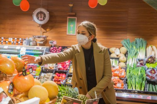 Über die Maskenpflicht wird beraten: Dass der Mund-Nasen-Schutz die FFP2-Maske bald ablösen könnte, ist nicht ausgeschlossen.VN/STEURER