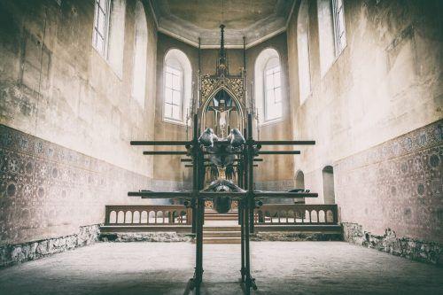 Um in das Innere zu gelangen, muss man durch die erste Skulptur hindurch.Keckeis