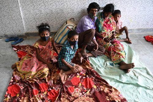 Viele Inder müssen nun in Notunterkünften ausharren. afp