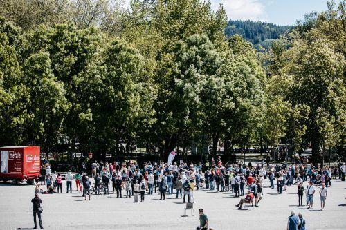 Vor dem Festspielhaus in Bregenz demonstrierten rund 150 Menschen unter anderem gegen Abtreibung.VN/Sams
