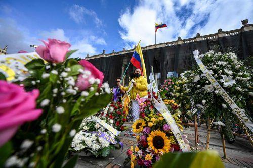 Vor dem Kongress in Bogotá, Kolumbien, trauern mehrere Menschen um Demonstranten, die bei den Anti-Regierungsprotesten getötet wurden. AFP
