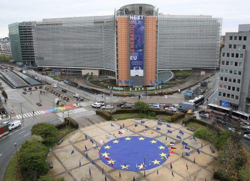 Vor der Europäischen Kommission in Brüssel wurde eine große Europafahne, umringt von Flaggen aller Mitgliedsstaaten, aufgestellt. Reuters