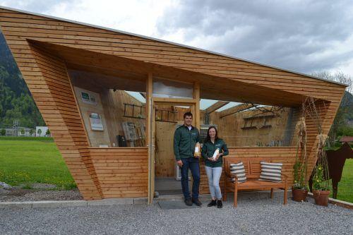 Yvonne und Florian Tschugmell vom Guschahof bieten in ihrem Verkaufsraum, einem alten Buswartehäuschen, selbst hergestellte Lebensmittel an.BI