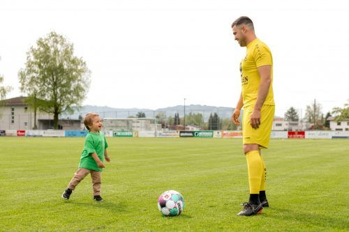 Ziel der Aktion: Während Papa Kevin das Tor hütet, soll Matteo mit anderen Kindern spielen können.cth