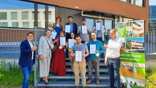 Acht der insgesamt 14 erfolgreichen Teilnehmenden des Sprachlehrgangs nach der Verleihung der Zertifikate.Aqua Mühle