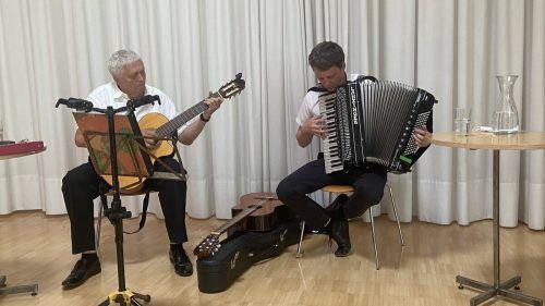 Albert und Philipp Lingg ließen sich von der Hitze nicht irritieren und begeisterten mit Bregenzerwälder Musik, Charme und Schmäh.Montiperle
