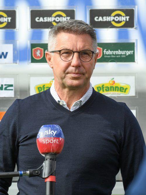 Altach-Trainer Damir Canadi begrüßt sein Team am Montag zum Trainingsstart.???