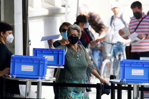 Am Sonntag standen in der Schweiz eine ganze Reihe an Volksabstimmungen am Programm, hier ein Blick in ein Abstimmungslokal in Zürich. Reuters