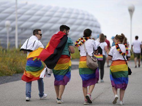 Am Stadion wurden über 11.000 bunte Fähnchen verteilt. AP