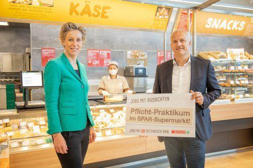 Andreas Kappaurer, Bildungsdirektion Vorarlberg, und Carina Pollhammer, Geschäftsführerin Spar Vorarlberg, freuen sich auf viele Praktikantinnen und Praktikanten.Fa