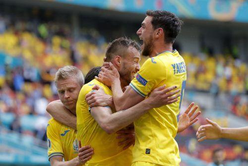 Andriy Jarmolenko wird von seinem kongenialen Sturmpartner Roman Yaremchuk nach dessen Treffer zum 2:0 gegen Nordmazedonien geherzt.ap