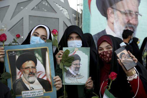 Anhängerinnen feiern den Sieg Raisis in der Hauptstadt Teheran. Die Wahlbeteiligung war indes sehr niedrig. AP