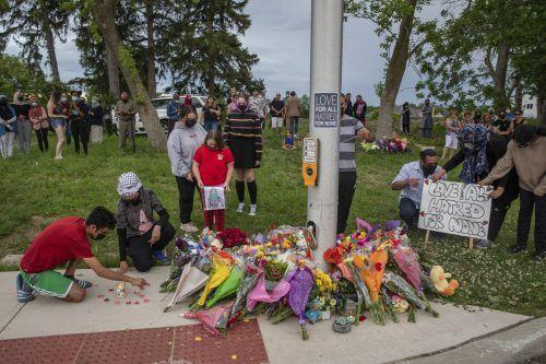 Anwohner legen Blumen und Kerzen am Tatort nieder. afp