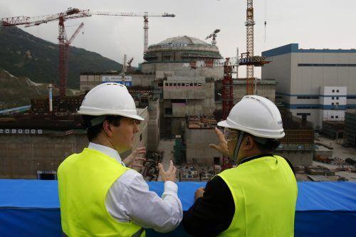 Arbeiter vor dem chinesisch-französischen Kernkraftwerk Taishan. ap