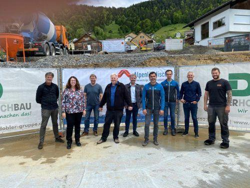 Architekt Wolfgang Schmieder, Alexandra Schalegg (Alpenländische), GV Reinhard Matt, Christian Jeitler (Alpenländische), Baumeister Gebhard Pettinger und das Team.Egle