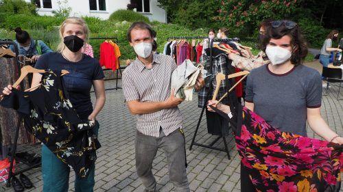 Auch das OK-Team – Theresa (Südwind), Pete (Freigeist) und Theresa (Südwind) – fand Gefallen an dem einen oder anderen Secondhandstück.