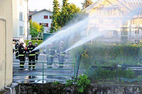 Auch Nachbargebäude gehören bei der Übung der OF Kennelbach mit Wasserfontänen geschützt. ajk/4