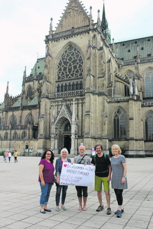 Auf seinem Weg wird Harald Purkart, hier vor dem Linzer Dom, immer wieder von Menschen begleitet, die sich solidarisch zeigen. Noch 150 Kilometer fehlen ihm bis nach Wien. Purkart