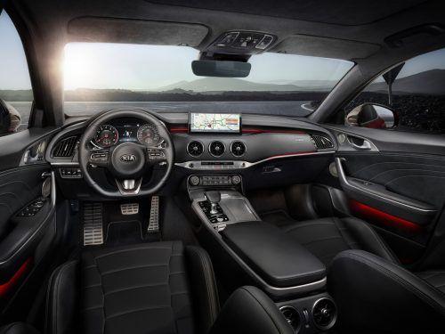 Auf Sport ausgerichtet ist das Cockpit des Stinger, das Zentraldisplay ist hier – noch – weniger dominant.