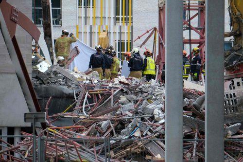 Aus bislang ungeklärter Ursache sind Teile des Neubaus und ein Gerüst eingebrochen.