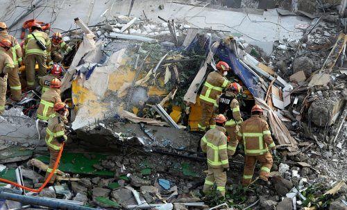 Bei dem Unglück in Südkorea wurden Insassen eines Busses von Trümmern getroffen.