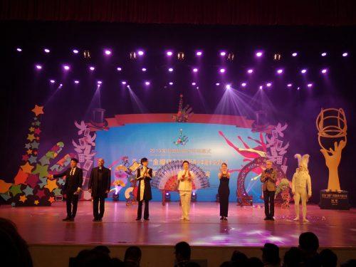 Bei der großen Galashow eines Magierkongresses in Shenzhen (China) stand er gemeinsam mit Kollegen auf der Bühne.